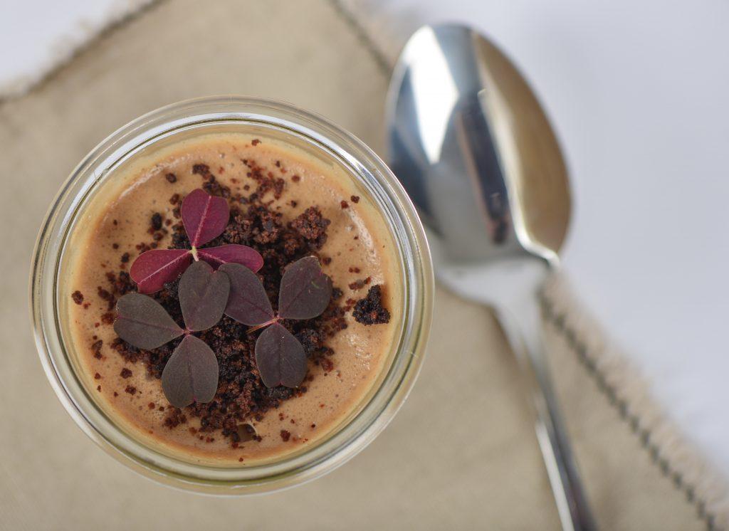 Krystalliseret chokolade brugt på forskellige måder.