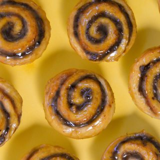 sticky buns med banan, kanel, valnødder og karamel